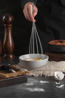Close-uphand die eigengemaakt dessert voorbereiden