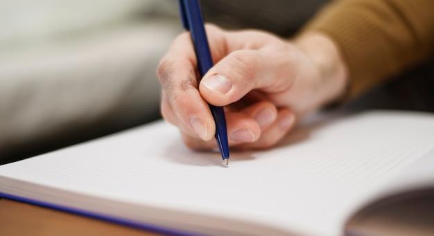 Close-uphand die het werknota's nemen