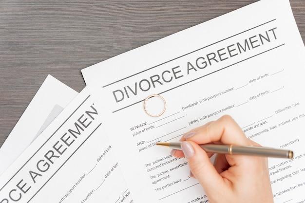 Close-uphand die scheidingsovereenkomst ondertekenen