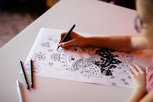 Close-uphand met kerstmisbeelden van de potloodtekening. nieuwjaar thema