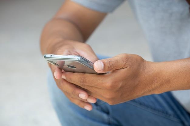 Close-uphand van aziatische mensentiener die slimme telefoon met ruimte met behulp van.