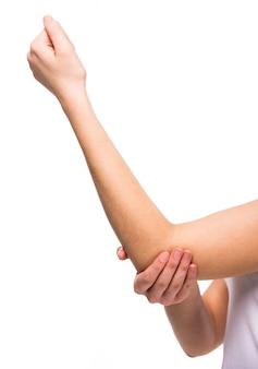 Close-uphand van jonge vrouw met een pijnlijke elleboog.