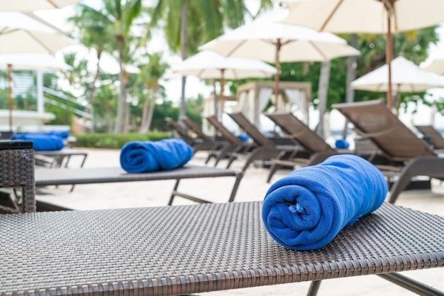 Close-uphanddoek op strandstoel - reis en vakantieconcept