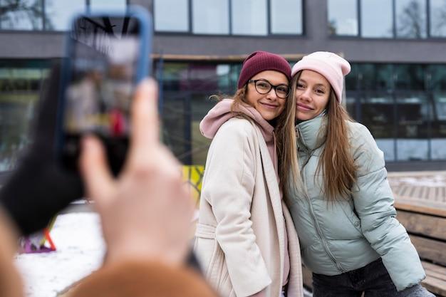 Close-uphanden die foto van vrouwen nemen