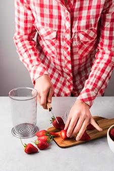Close-uphanden die fruit snijden