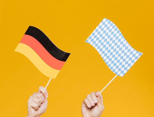 Close-uphanden die kleine vlaggen houden