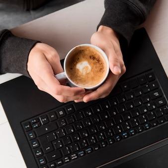 Close-uphanden die koffie houden