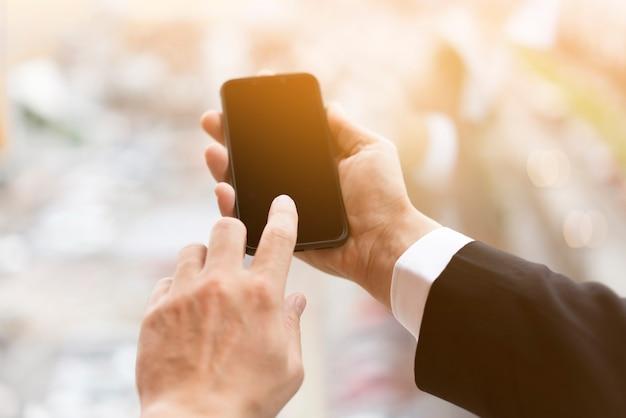 Close-uphanden die mobiele telefoon houden