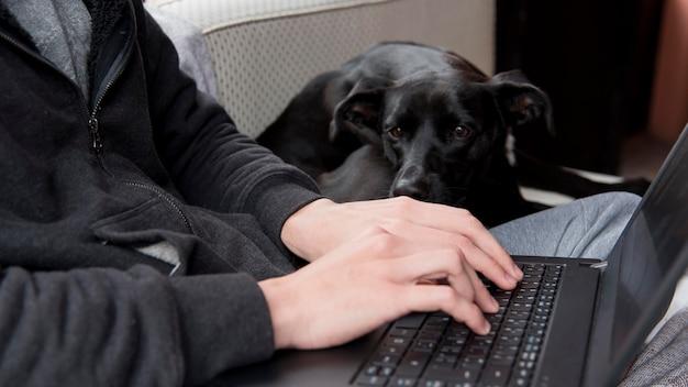 Close-uphanden die op toetsenbord typen