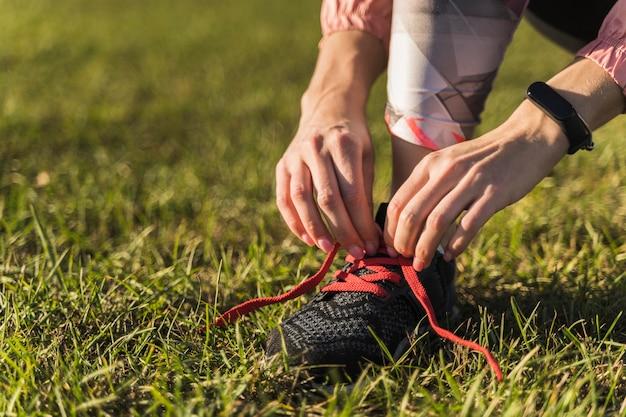 Close-uphanden die schoenkant binden