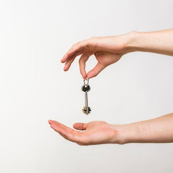 Close-uphanden die sleutels houden