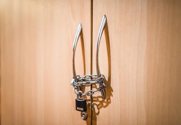 Close-uphangslot aan kettingen maakt het handvat vast
