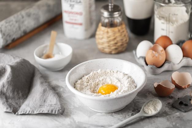 Close-upingrediënten voor het bakken van pannenkoeken, muffins, cakes