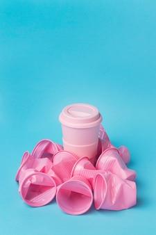 Close-upinzameling van plastic bekers