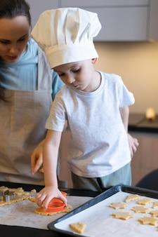 Close-upjong geitje dat koekjes voorbereidt