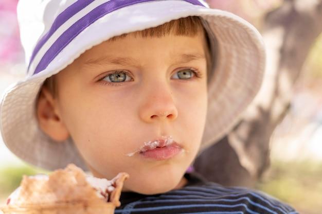 Close-upjongen die roomijs eten