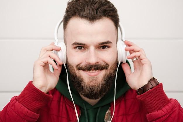 Close-upkerel met hoofdtelefoons het glimlachen