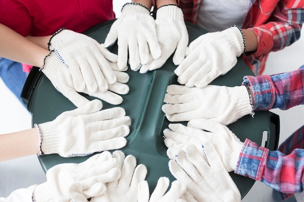 Close-upkinderen met chirurgische handschoenen