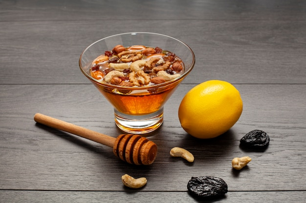 Close-upkom gevuld met honing en noten