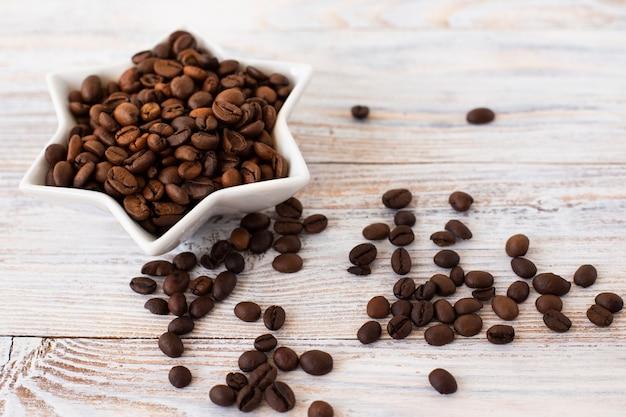 Close-upkom met koffiebonen wordt gevuld die