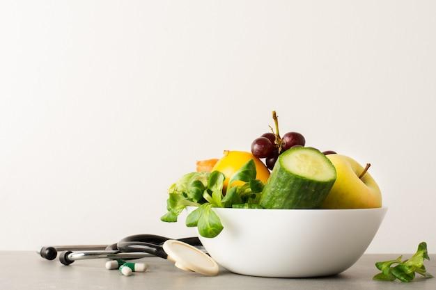 Close-upkom met komkommer en smakelijke appel