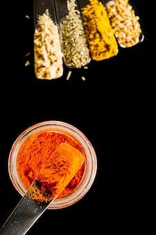 Close-upkom met paprika dichtbij kruiden