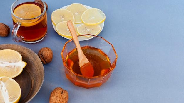 Close-upkom met smakelijke honing wordt gevuld die