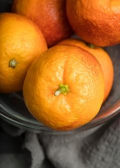 Close-upkom met smakelijke sinaasappelen