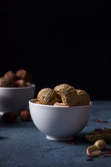 Close-upkom met smakelijke walnoten