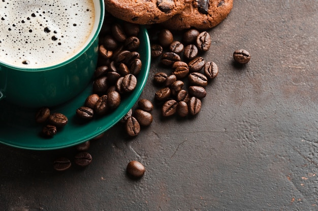 Close-upkop met zwarte koffie wordt gevuld die