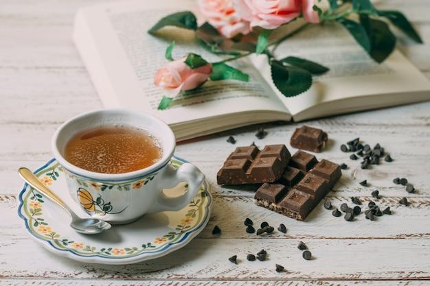 Close-upkop thee met chocolade