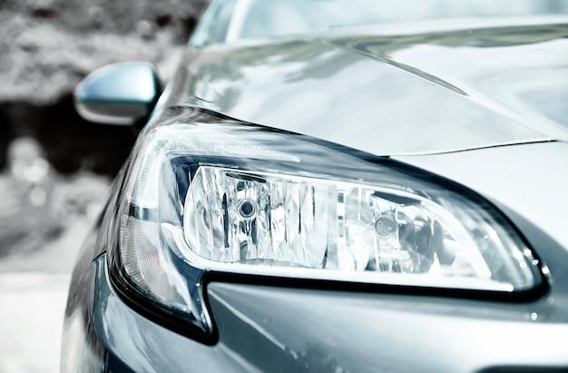 Close-upkoplampen van grijze auto