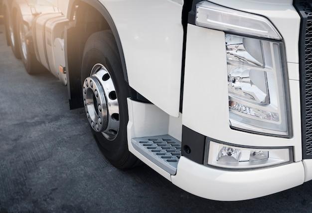 Close-uplichten van semi vrachtwagen. vrachtvervoer over de weg per vrachtwagen.