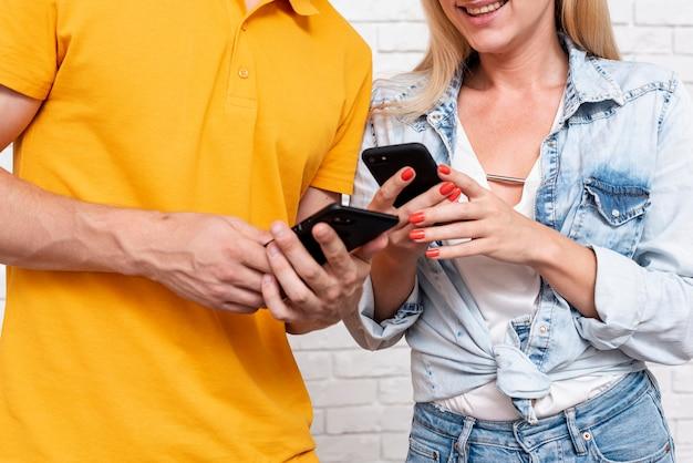 Close-upman en vrouw die meldingen controleren