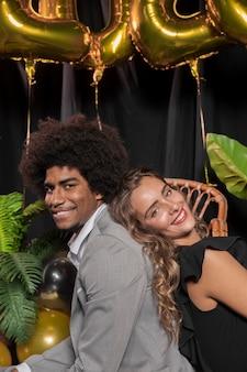 Close-upman en vrouw die zijdelings glimlachen