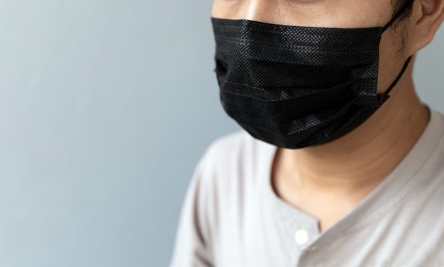 Close-upmannen die een masker dragen om het coronavirus te beschermen (covit-19)