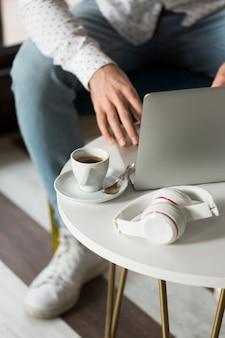 Close-upmannetje die aan laptop werken
