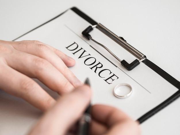 Close-upmannetje die scheidingscontract ondertekenen