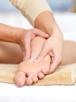 Close-upmassage voor voet in kuuroordsalon - verticaal