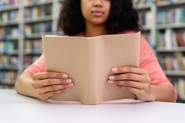 Close-upmeisje bij bibliotheeklezing