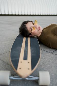 Close-upmeisje het stellen met skateboard
