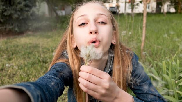 Close-upmeisje met bloem