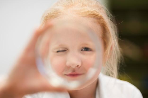Close-upmeisje met meer magnifier