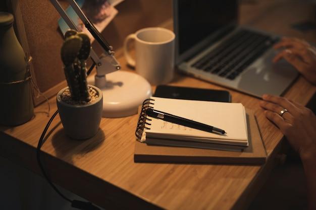 Close-upmening aan een notitieboekje op bureau