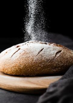 Close-upmening van brood op bijl met zwarte achtergrond