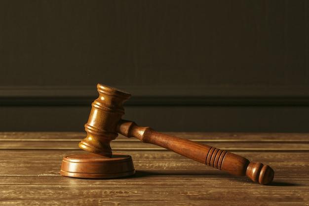 Close-upmening van bruine houten houten hamer van rechter