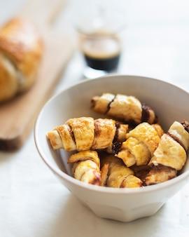 Close-upmening van croissants in een kom