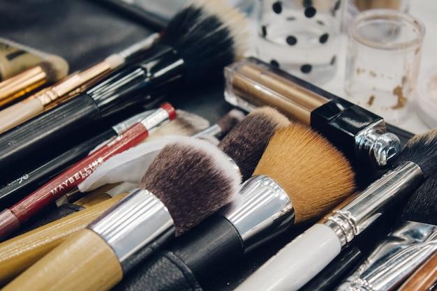 Close-upmening van de speciale borstels van een professionele make-upkunstenaar op de werkende plaats