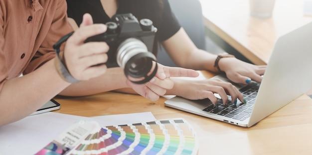 Close-upmening van grafisch ontwerpteam die het project bespreken