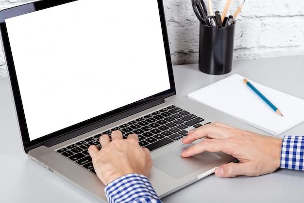 Close-upmening van handen die bij laptop met het lege witte scherm werken. mockup met kopie ruimte
